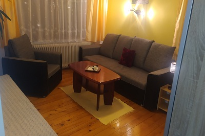 Yellow bedroom with entrance into the terrace: 3 beds